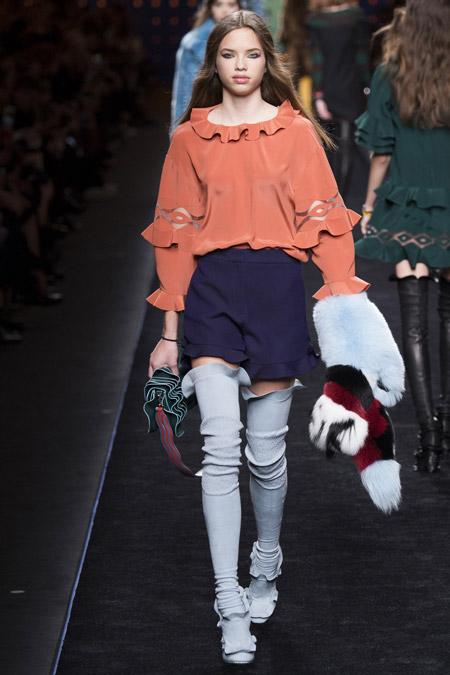 Девушка в кирпичной блузке