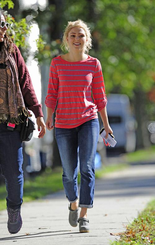 Аннасофия Робб в джинсах бойфрендах и полосато лонгсливе