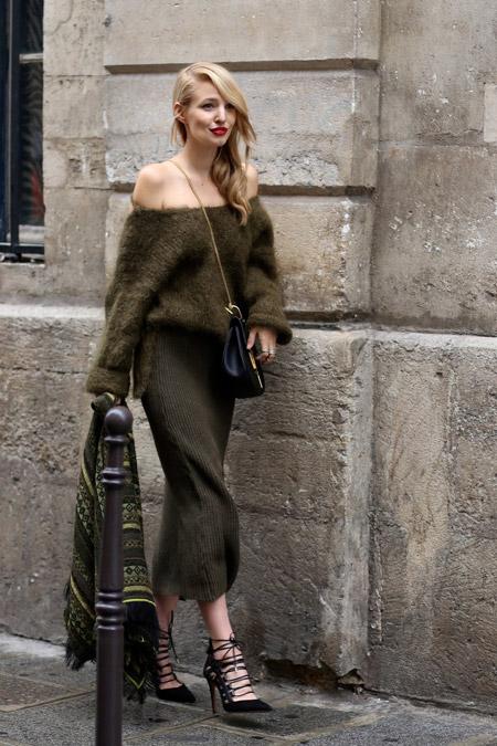 Девушка в объемном свитере хаки