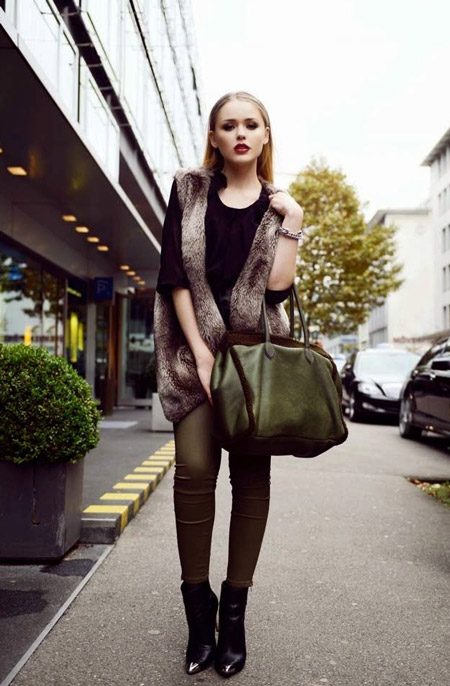 Девушка с сумкой хаки