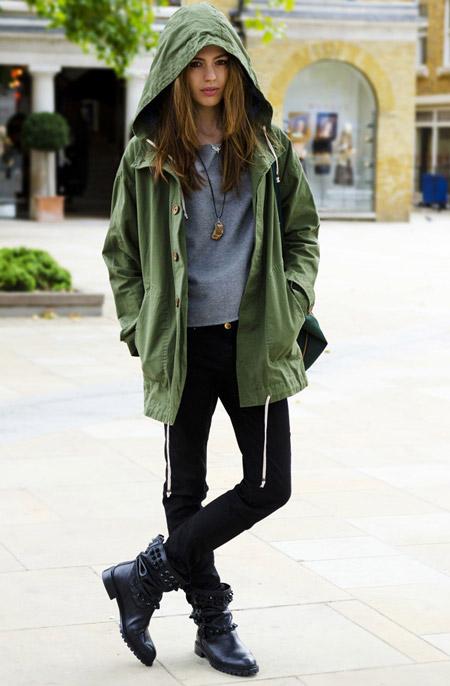 Девушка в футболке и парке