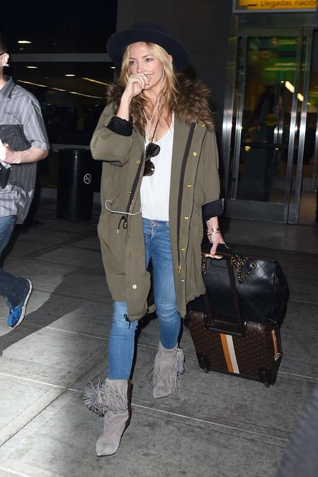 Кейт Хадсон в куртке хаки