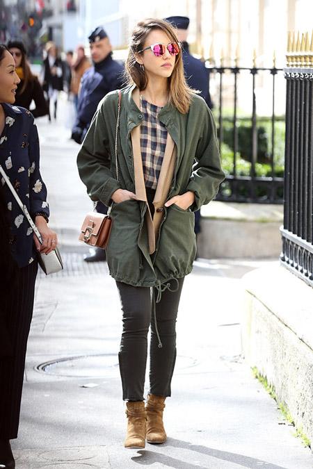 Джессика Альба в куртке хаки