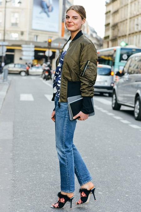 Девушка в бомбере и джинсах