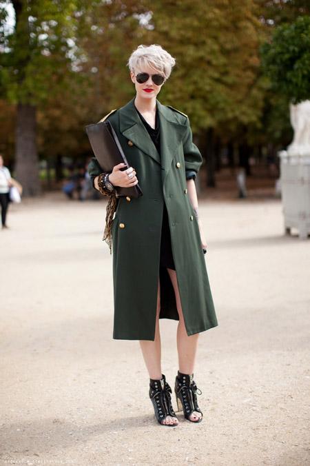 Девушка в пальто хаки