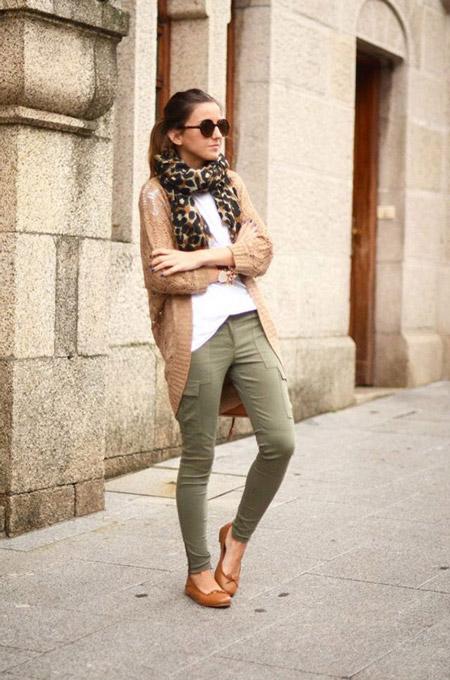 Девушка в брюках хаки