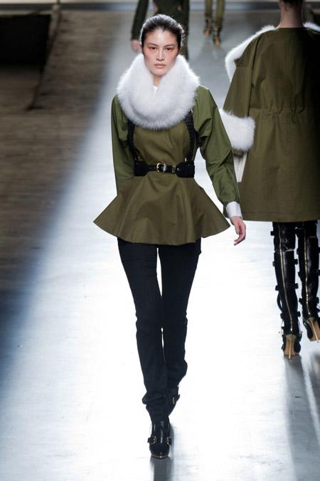 Модель в куртке хаки с воротником