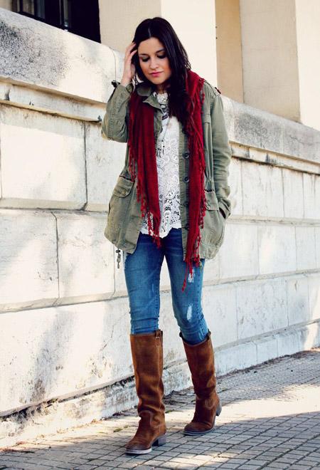 Девушка с бордовым шарфом