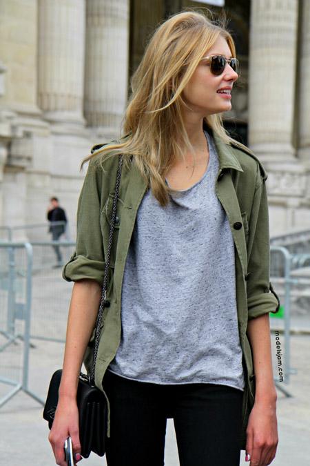 Девушка в рубашке хаки