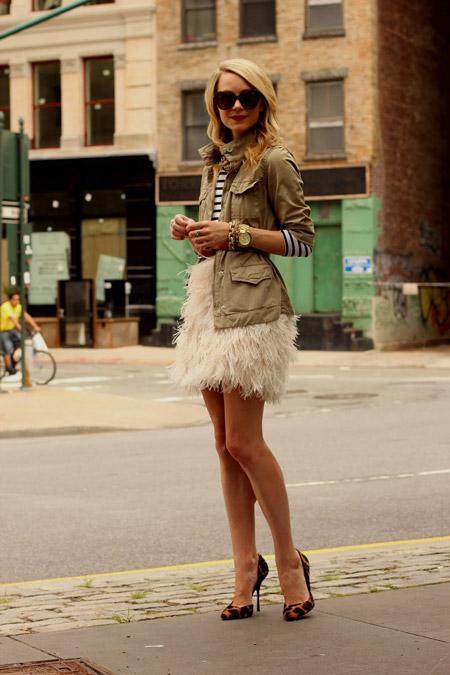 Девушка в платье с перьями