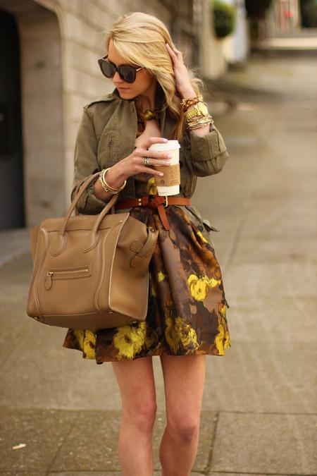 Девушка в платье с желтыми цветами