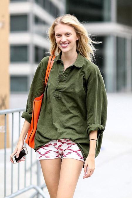 Девушка в объемной рубашке хаки