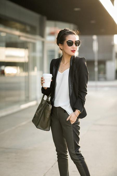 Девушка в брюках с лампасами