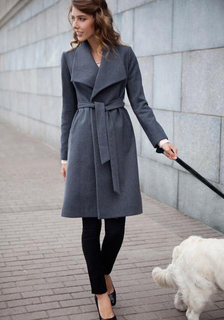 Девушка в сером пальто с поясом