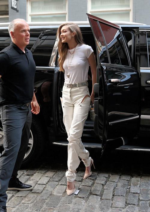 Джиджи Хадид в белом топе, джинсах и на высоких каблуках