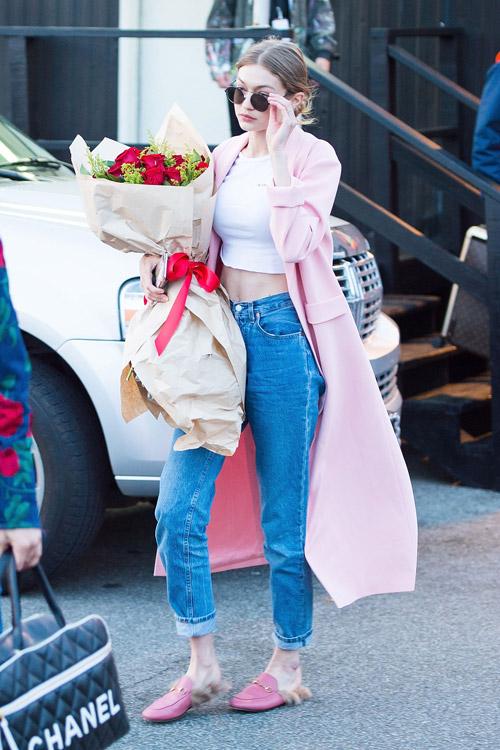Джиджи Хадид в джинсах, топе, меховых шлепанцах и нежно розовом пальто