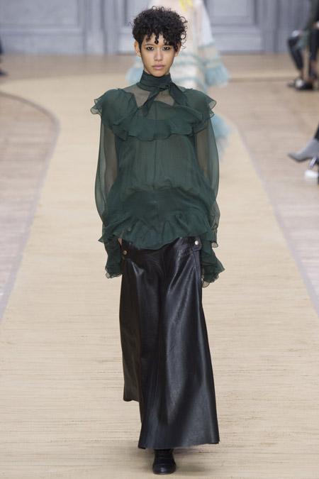 Девушка в темно-зеленой блузке
