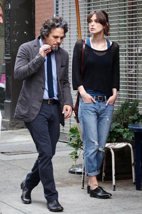 Кира Найтли в рваных джинсах бойфрендах -PacificCoastNews