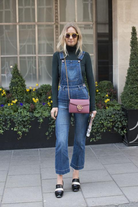 Носите джинсовый комбинезон с водолазкой и туфлями на толстом каблуке