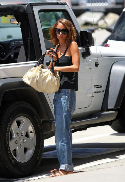 Николь Ричи в джинсах бойфрендах и черном топе