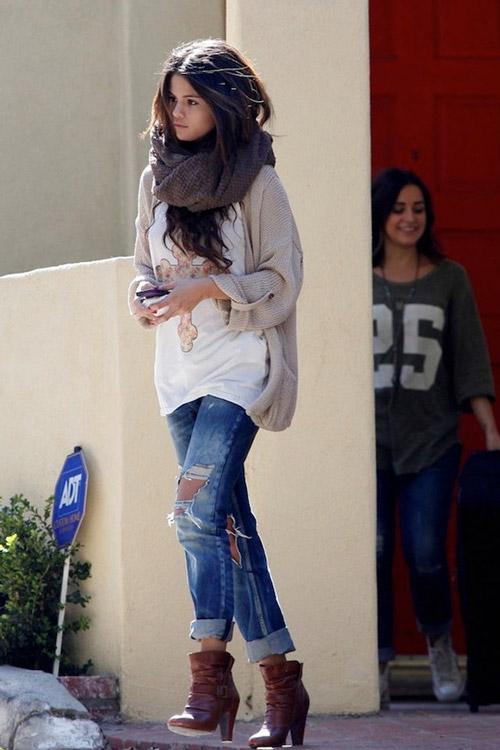 Селена Гомес в джинсах бойфрендах, кардигане и ботильонах