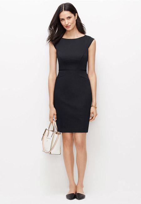 Девушка в черном платье футляре