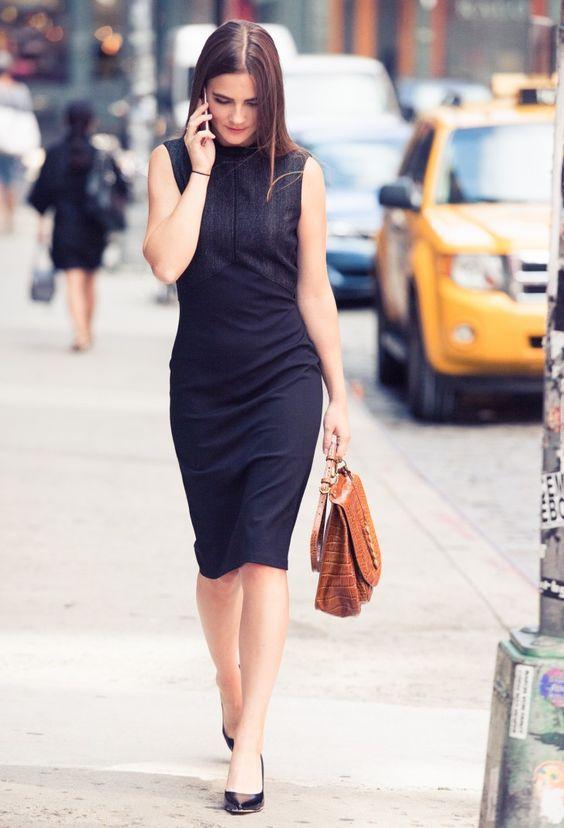 Девушка с коричневым портфелем