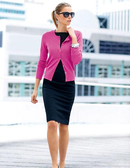 Девушка в розовом кардигане