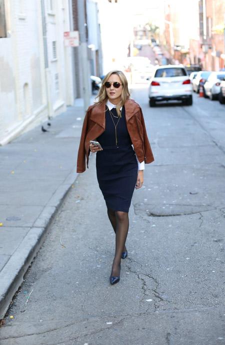 Девушка в коричневой куртке