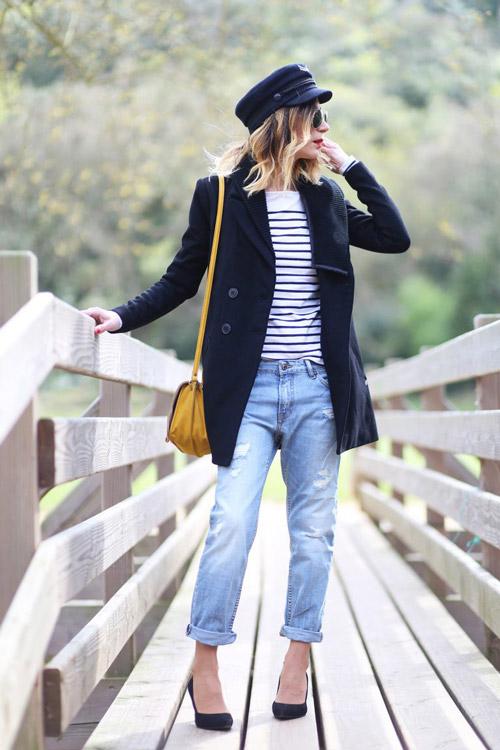 Девушка в джинсах бойфрендах и синем коротком пальто