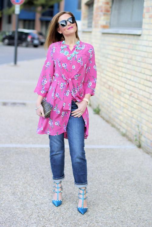 Девушка в джинсах бойфрендах и фиолетовой тунике