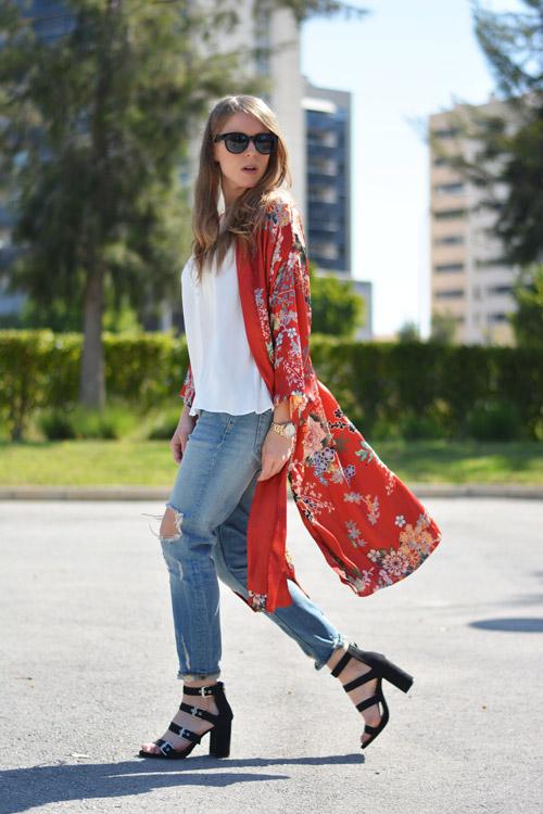 Девушка в рваных джинсах бойфрендах и кимоно
