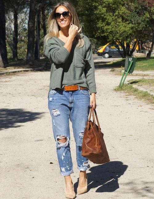 Девушка в джинсах бойфрендах, лодочках и джемпере