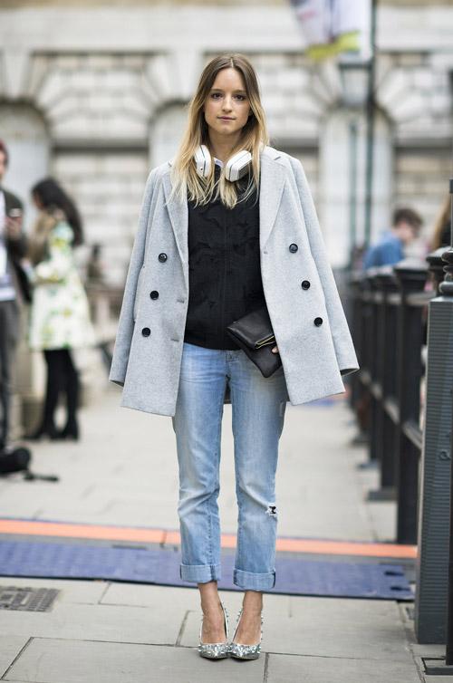Девушка в джинсах бойфрендах и коротком пальто