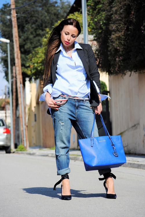 Девушка в джинсах бойфрендах и полосатом пиджаке