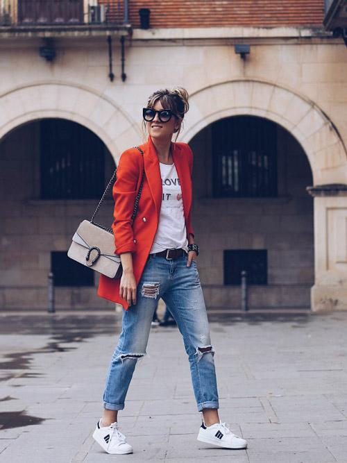 Девушка в джинсах бойфрендах и яром удлиненном жакете