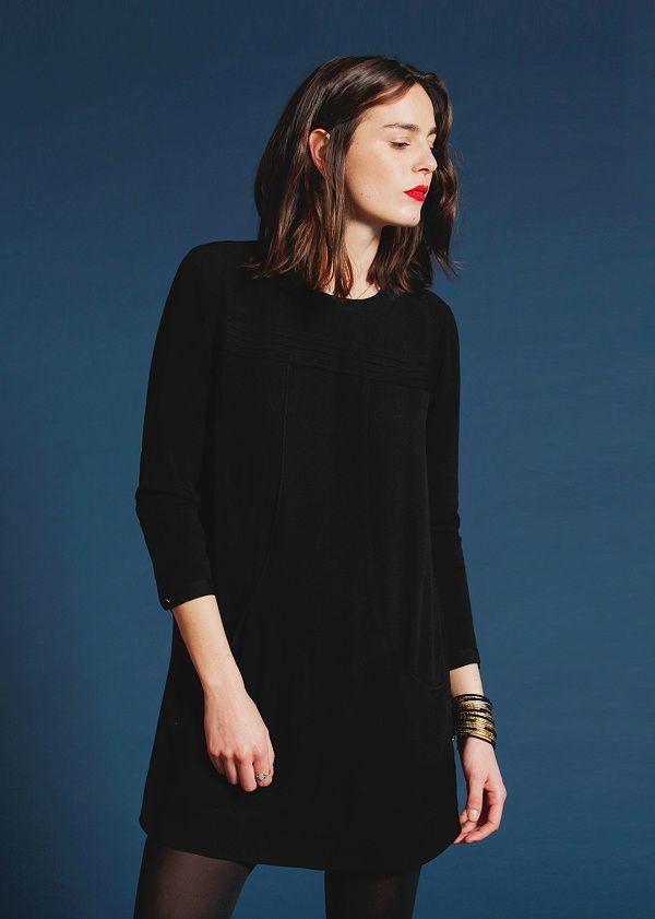 Девушка в универсальном маленьком черном платье