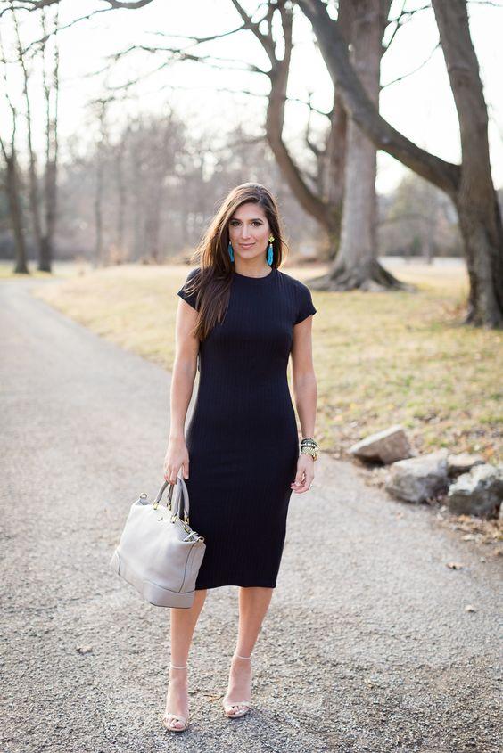 Девушка со светлой сумкой