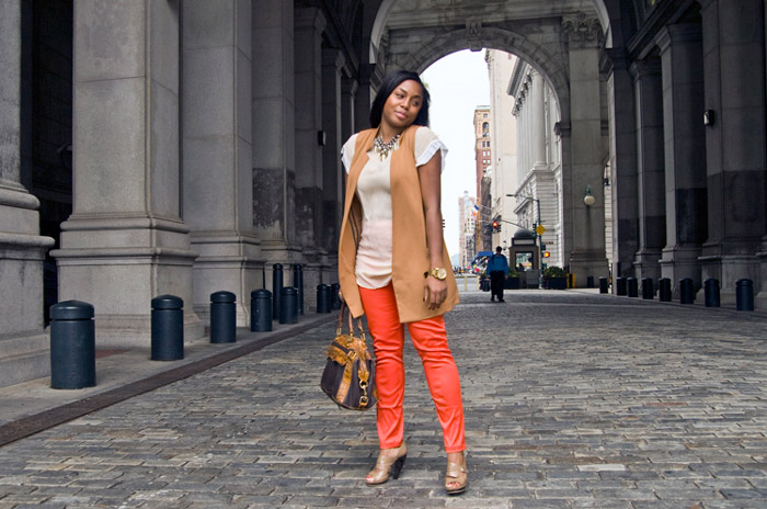 Девушка в оранжевых брюках