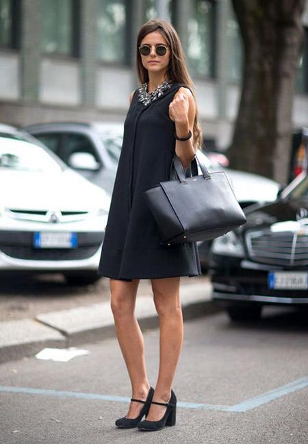 Девушка в черном платье-трапеци