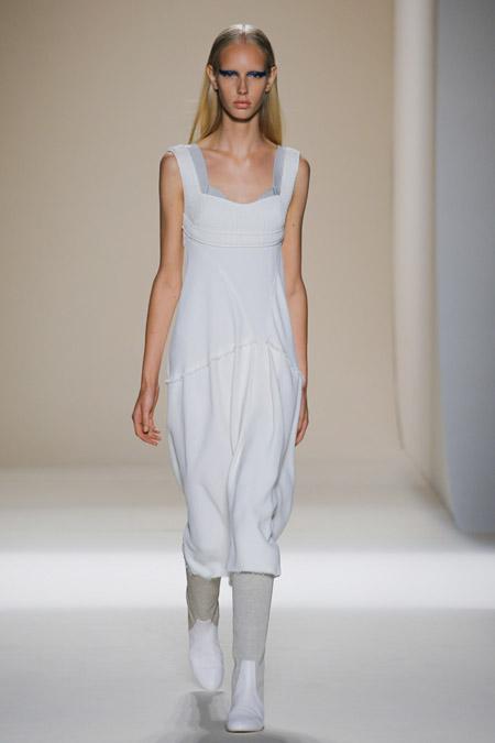 Модное платье футляр из весенне/летней коллекции Victoria Beckham 2017 г.