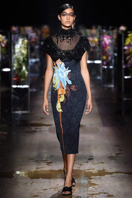 Модное платье футляр из весенне/летней коллекции Dries Van Noten 2017 г.