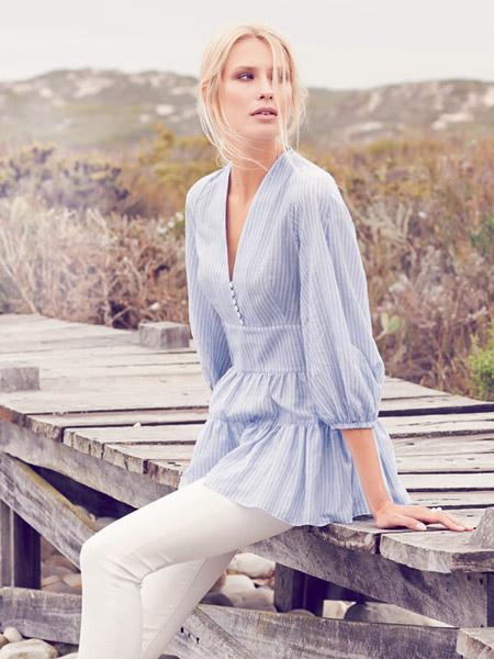 Модель в нежно-голубой блузке