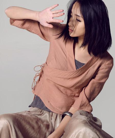 Девушка в пастельной блузке