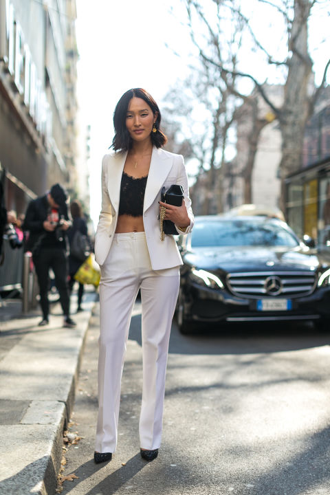 Девушка в белом костюме и черный кроп топ