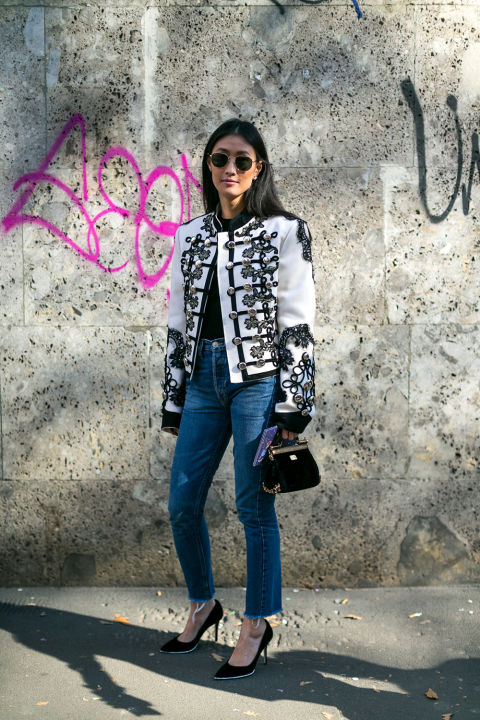 Модель в джинсах и черно-белой куртке