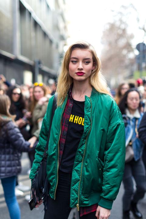 Девушка в изумрудной куртке бомбер