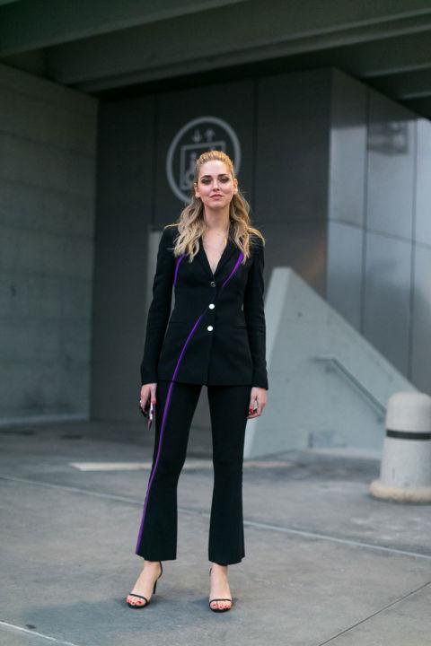 Модель в черном брючном костюме, босоножки