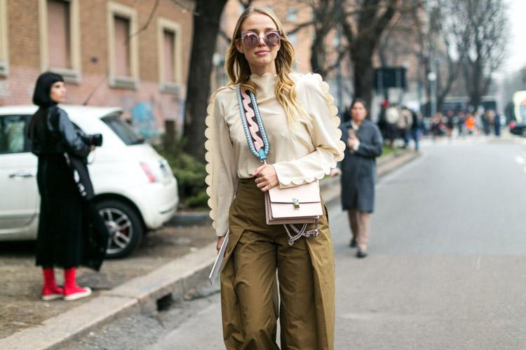 Девушка в широких брюках и бежевой блузке