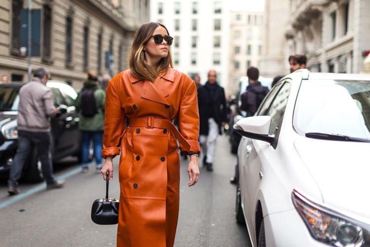 Девушка в оранжевом кожаном плаще